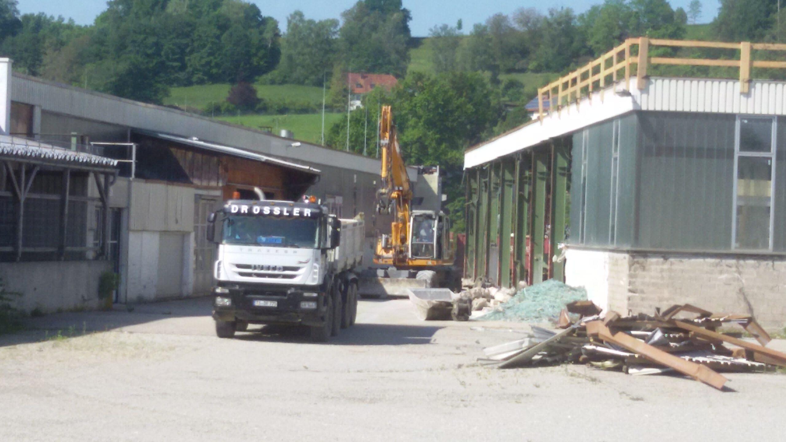 Fahrzeuge der Firma Drössler bei den Abbrucharbeiten